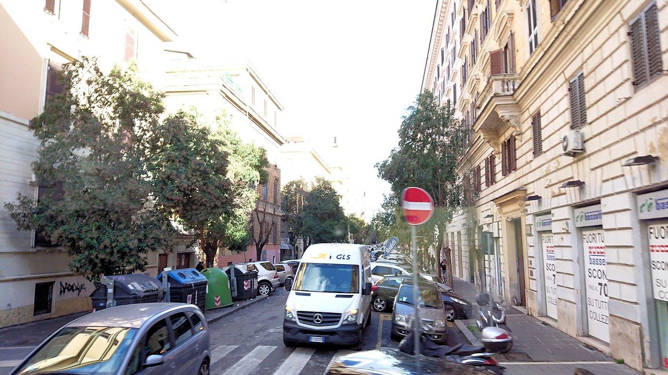 ローマ市内をバスでバチカン市国へ向かう道中の道路