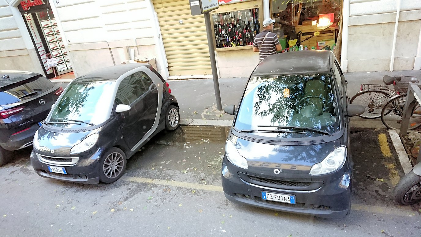 ローマ市内をバスでバチカン市国へ向かう道中の道路の路駐車