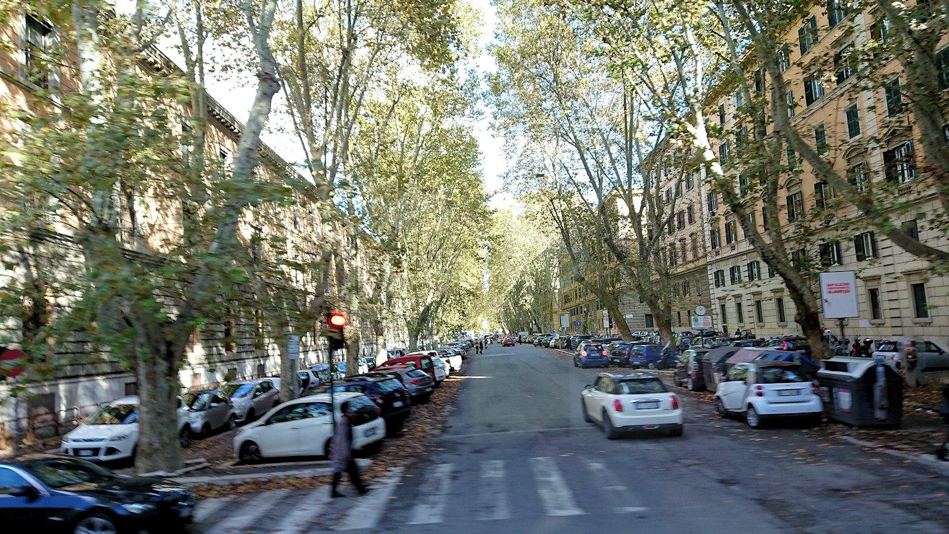 ローマ市内をバスでバチカン市国へ向かう道中の道路の路駐車3