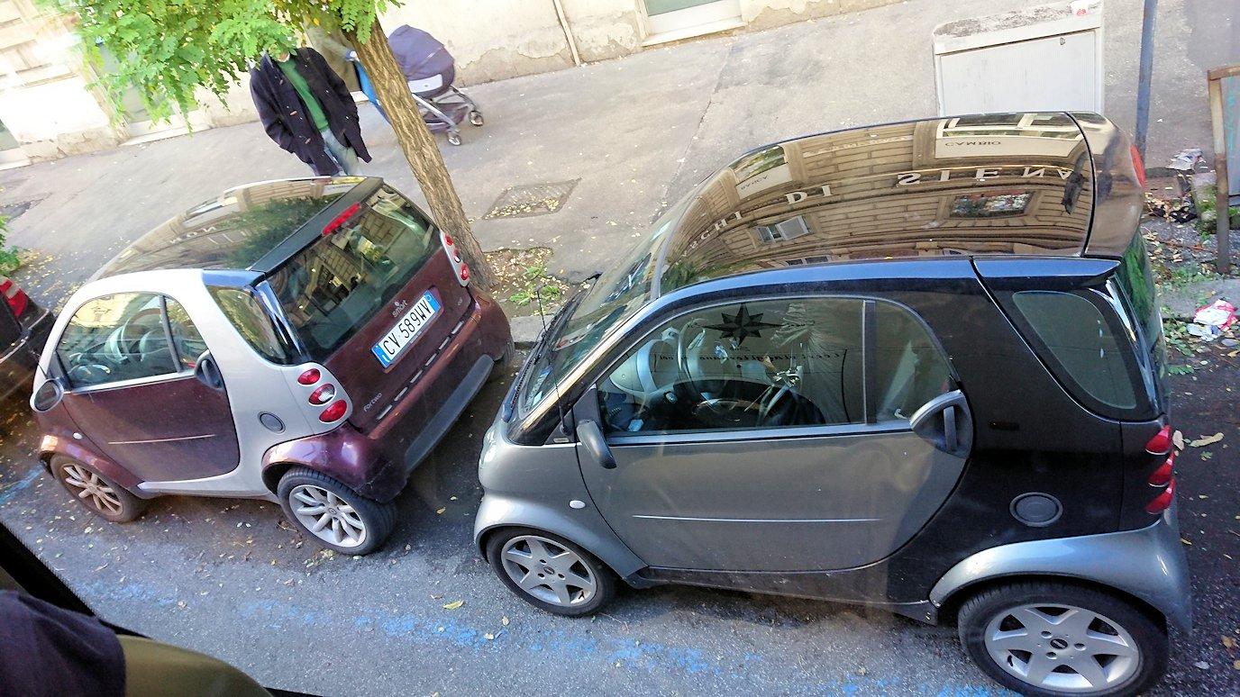ローマ市内をバスでバチカン市国へ向かう道中の道路の路駐車2