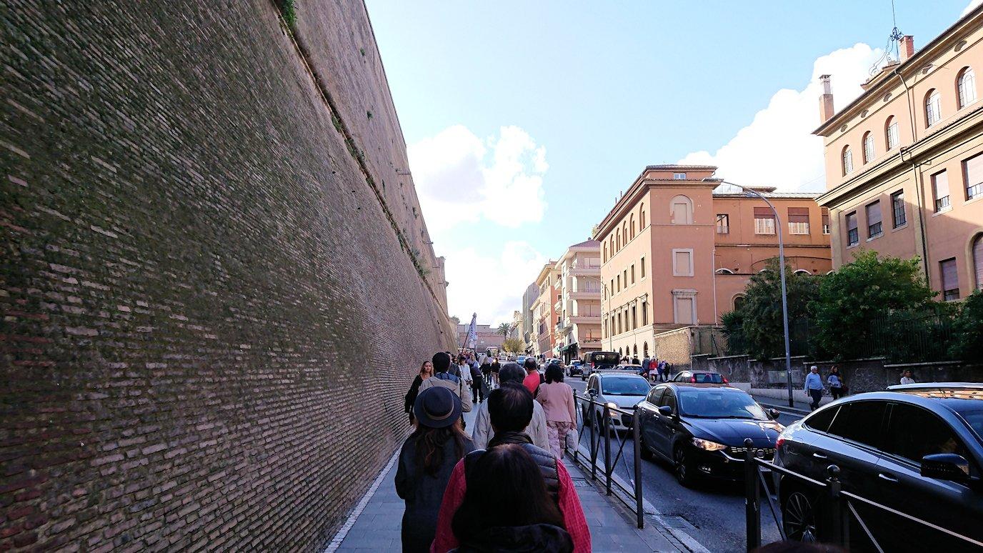 ローマ市内のバチカン市国の城壁横を歩く