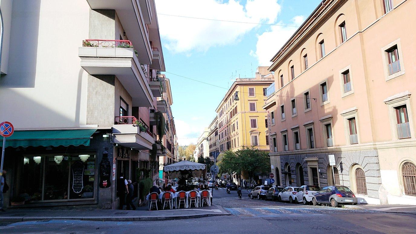 ローマ市内のバチカン市国の城壁横を歩く2