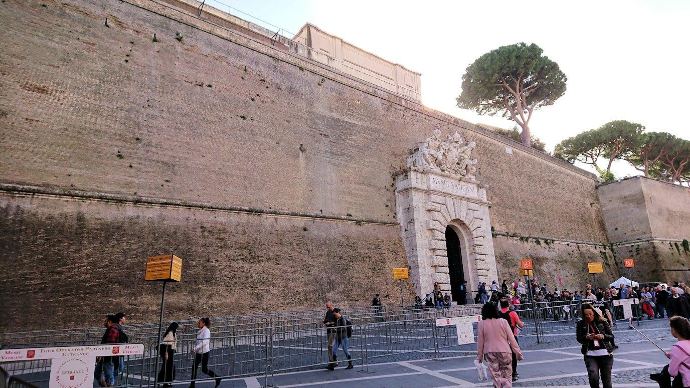 ローマ市内のバチカン市国の城壁横を歩く3