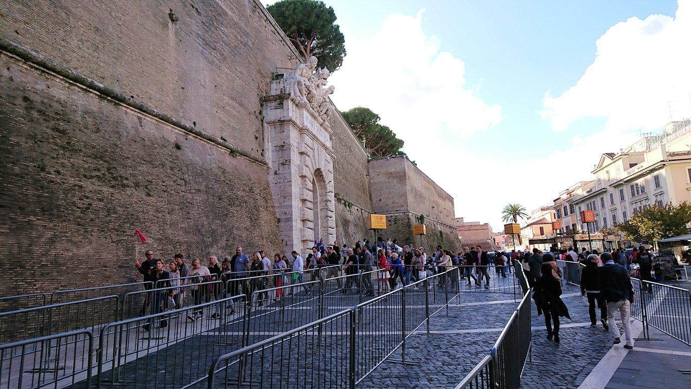ローマ市内のバチカン市国への入口に向かう