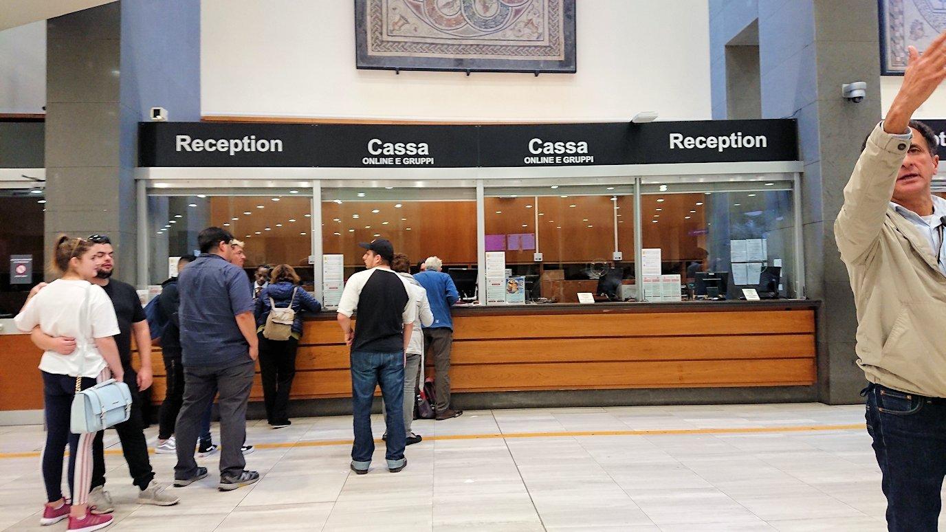ローマ市内のバチカン市国への入口のチケット売り場