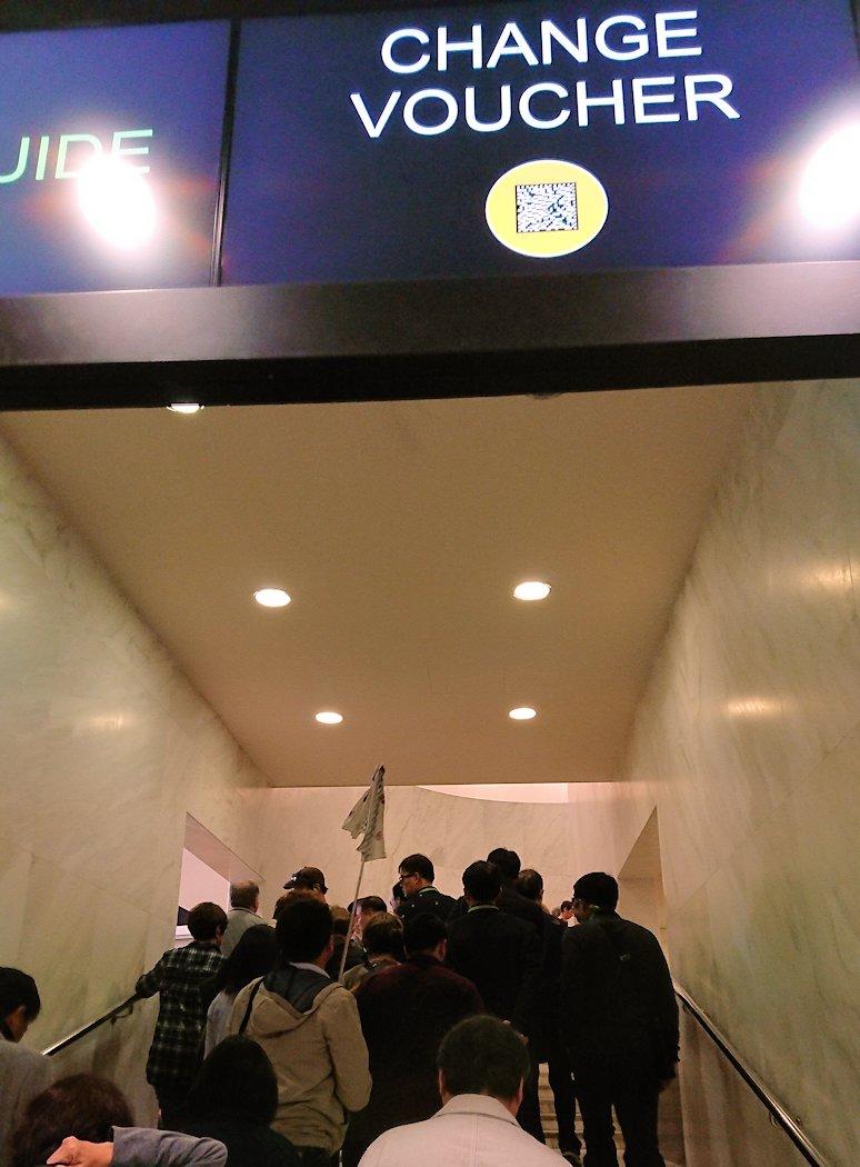 バチカン市国の入場口階段を進む