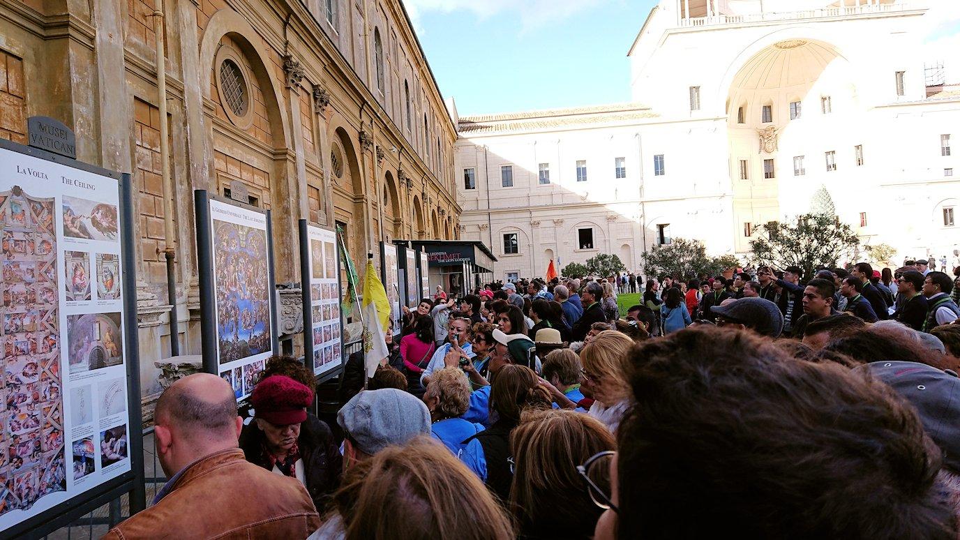 バチカン市国の美術館のテラスで絵の説明