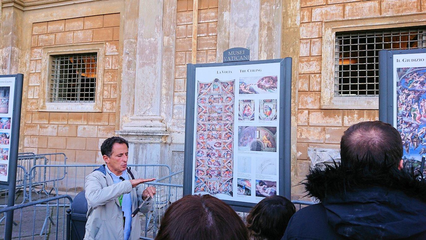 バチカン市国の美術館のテラスで絵の説明3