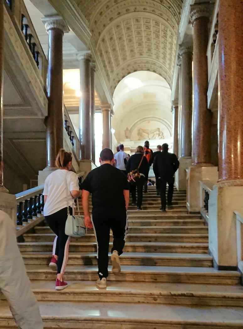 これからバチカン美術館に入る階段