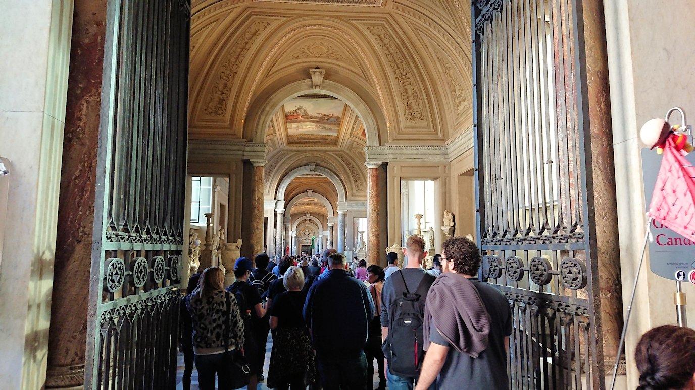 バチカン美術館の長い回廊の入口
