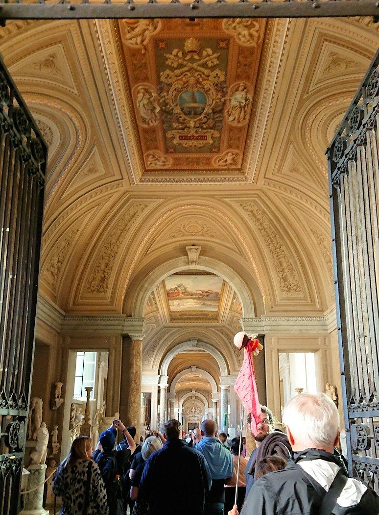 バチカン美術館の長い回廊の入口2