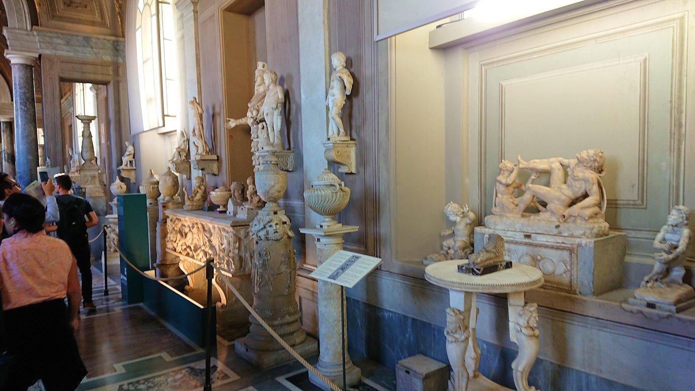 バチカン美術館の長い回廊に飾られている像