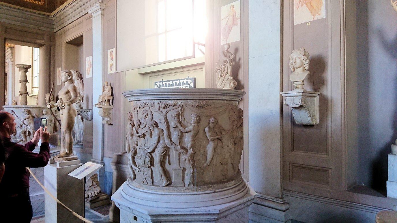 バチカン美術館の長い回廊に飾られている像2
