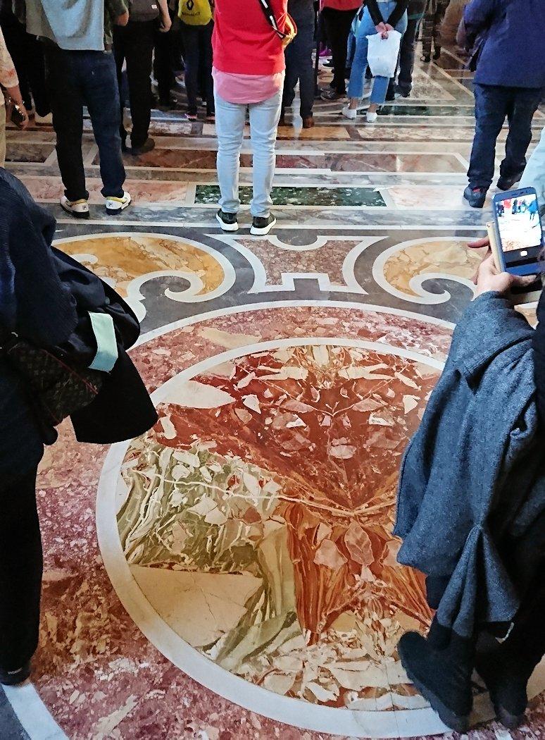 バチカン美術館の回廊の足元のモザイク2