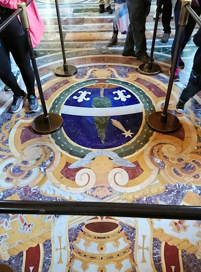 バチカン美術館の回廊の足元のモザイク3