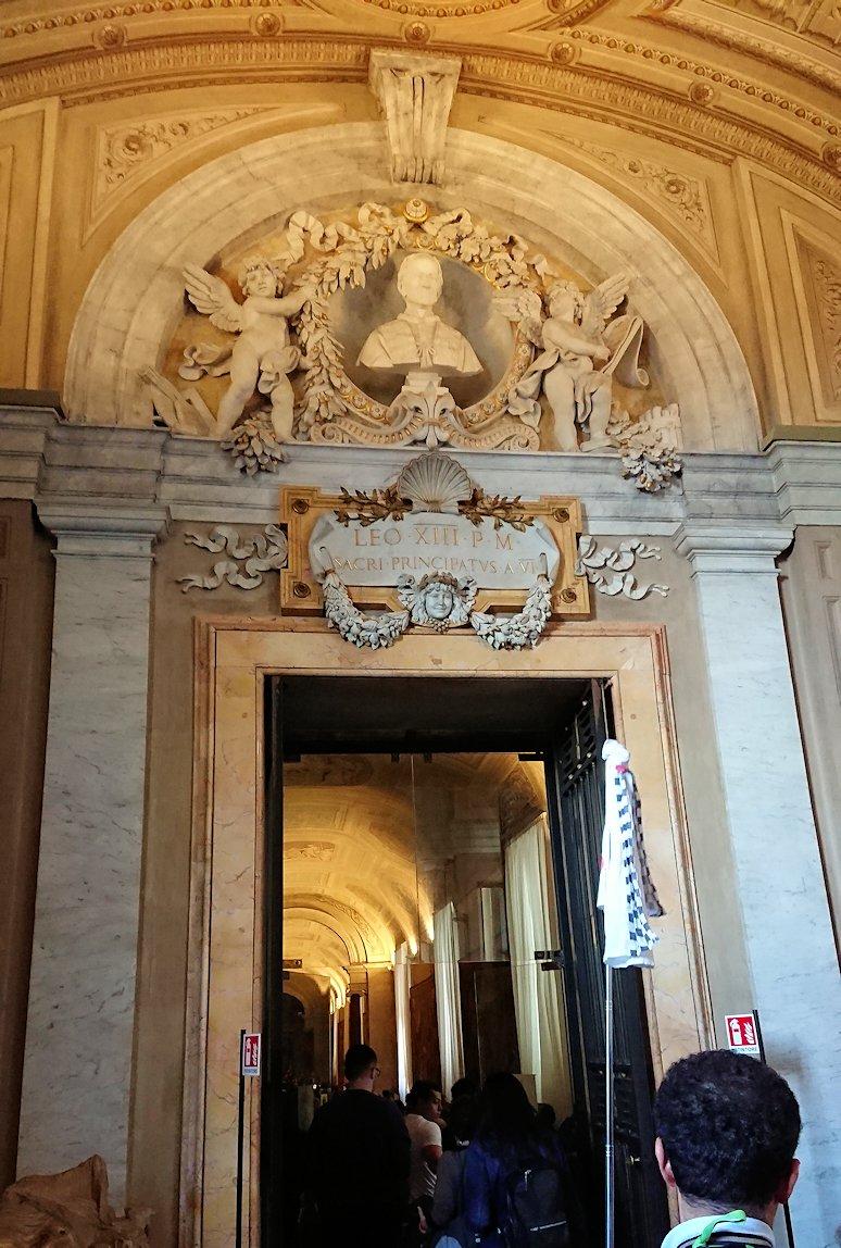 バチカン美術館の回廊を進んでいきます