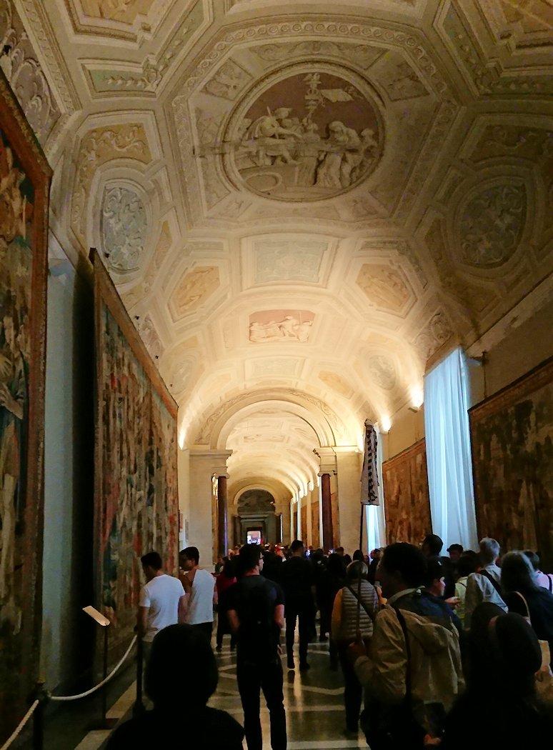 バチカン美術館の回廊の様子2