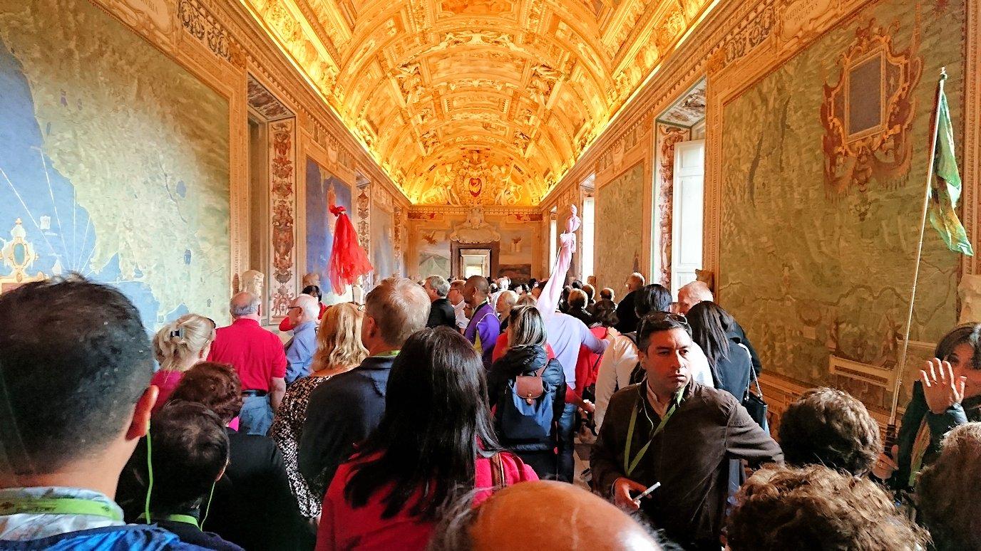 バチカン美術館の地図のギャラリーの廊下