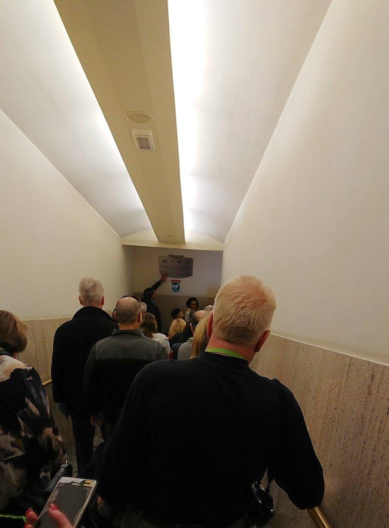 バチカン美術館からシスティーナ礼拝堂へ向く階段を降りる