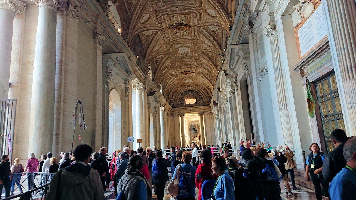 バチカン美術館からサンピエトロ大聖堂へ向かう2
