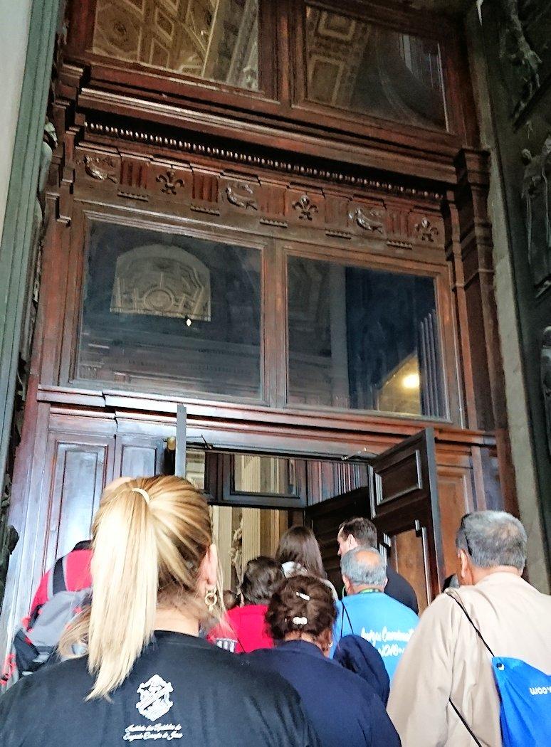 サンピエトロ大聖堂に入っていきます