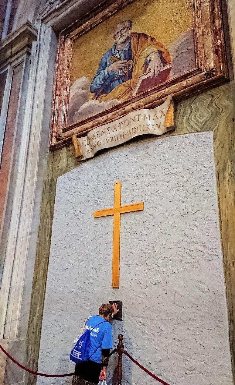 サンピエトロ大聖堂の構内の十字架2