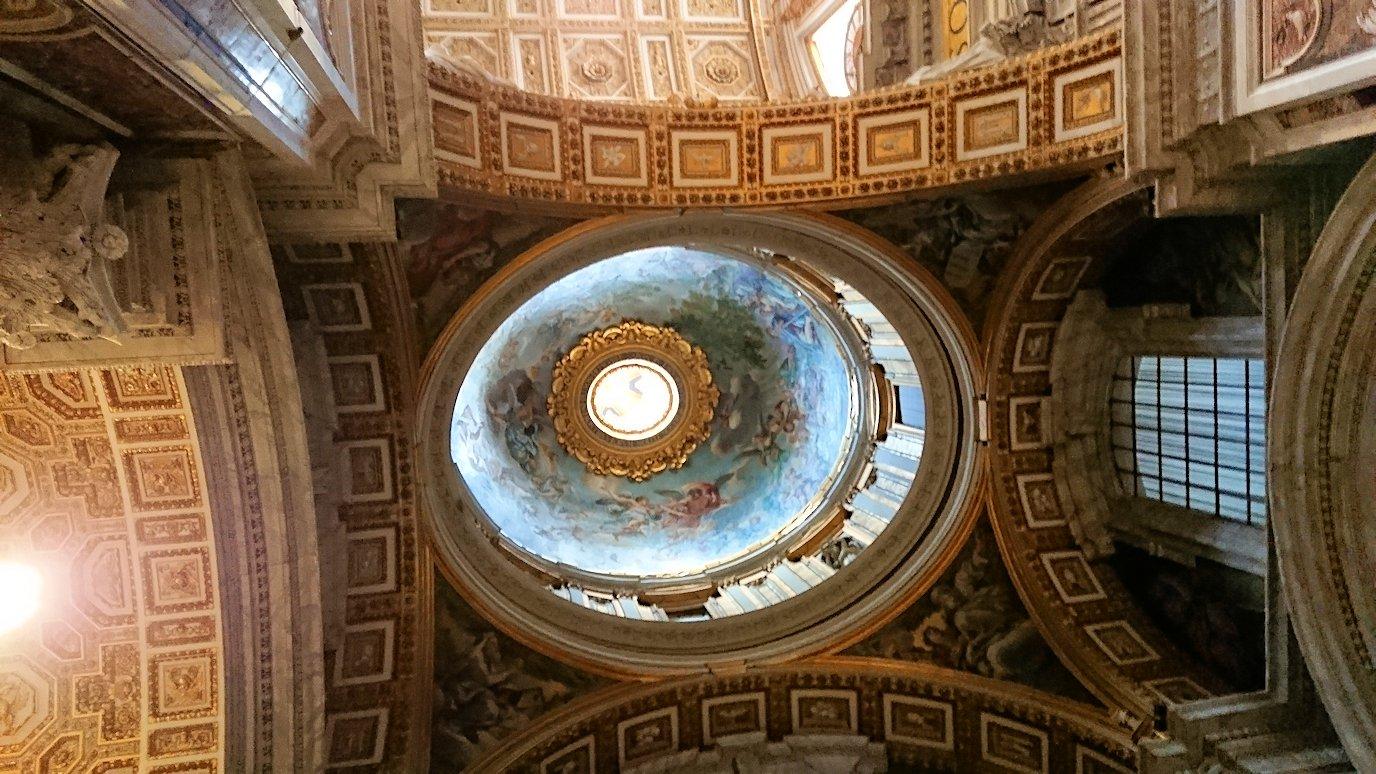 サンピエトロ大聖堂の構内の天井