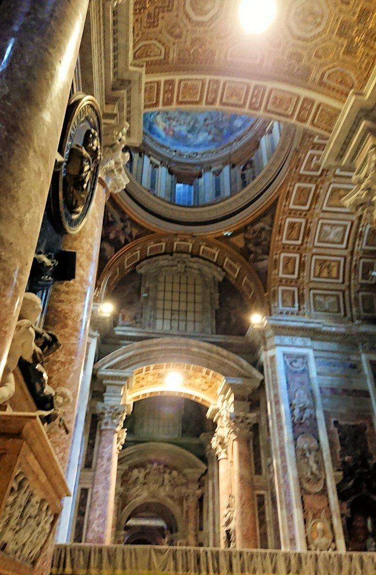 サンピエトロ大聖堂の構内の天井2