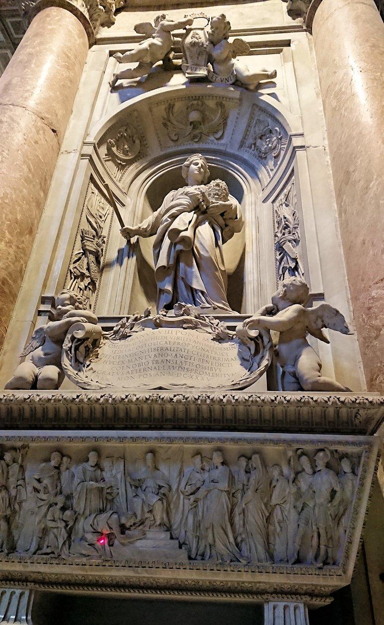 サンピエトロ大聖堂の構内の像