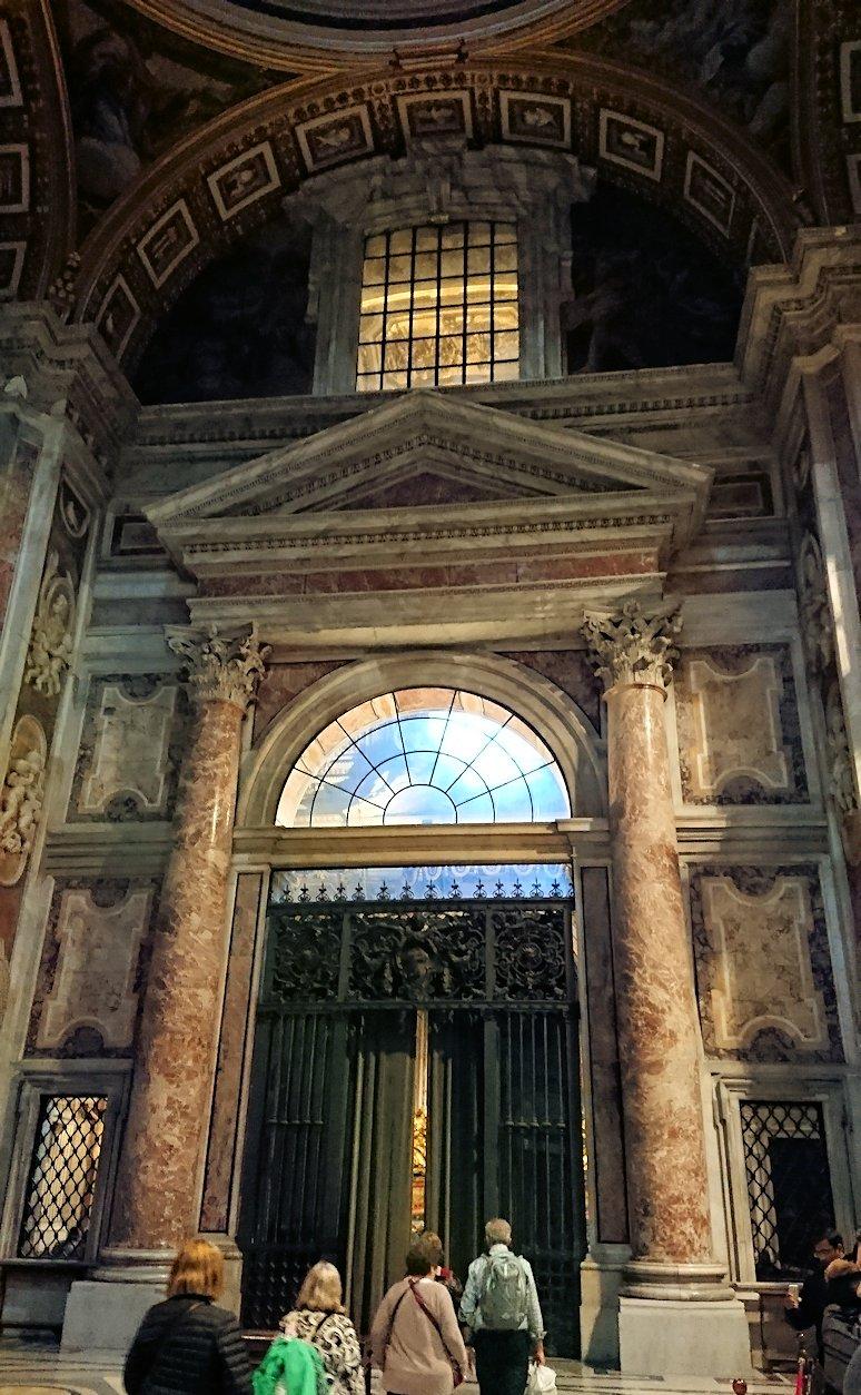 サンピエトロ大聖堂の構内の門2