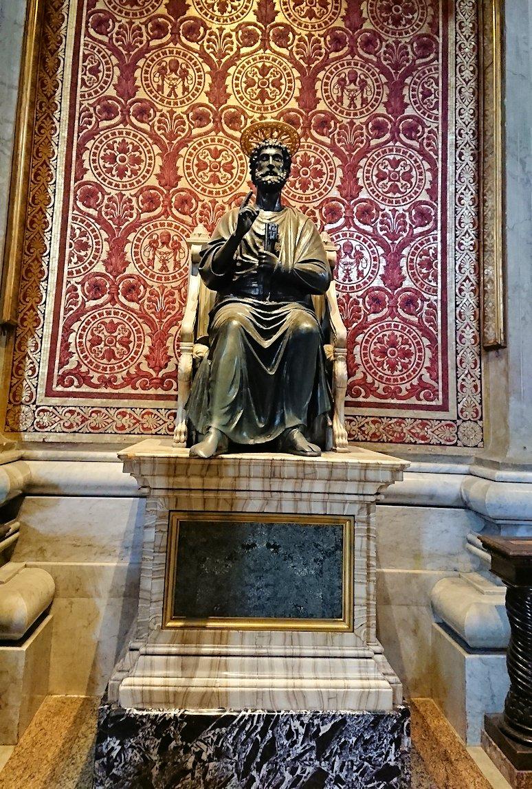 サンピエトロ大聖堂の構内のペトロ像