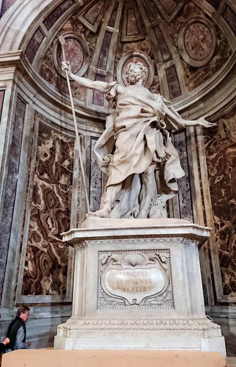 サンピエトロ大聖堂の構内の像2
