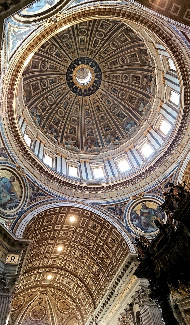 サンピエトロ大聖堂の構内の大天蓋