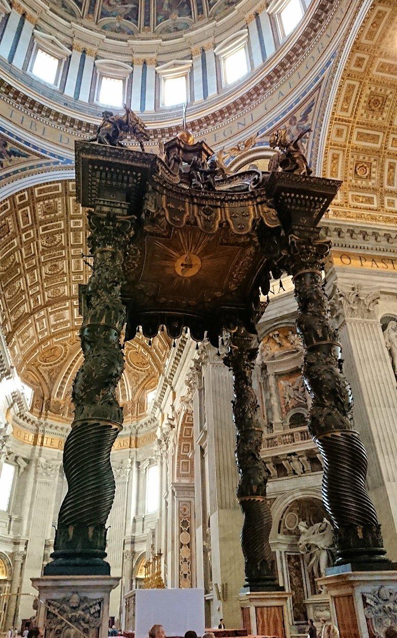 サンピエトロ大聖堂の構内の大天蓋の様子