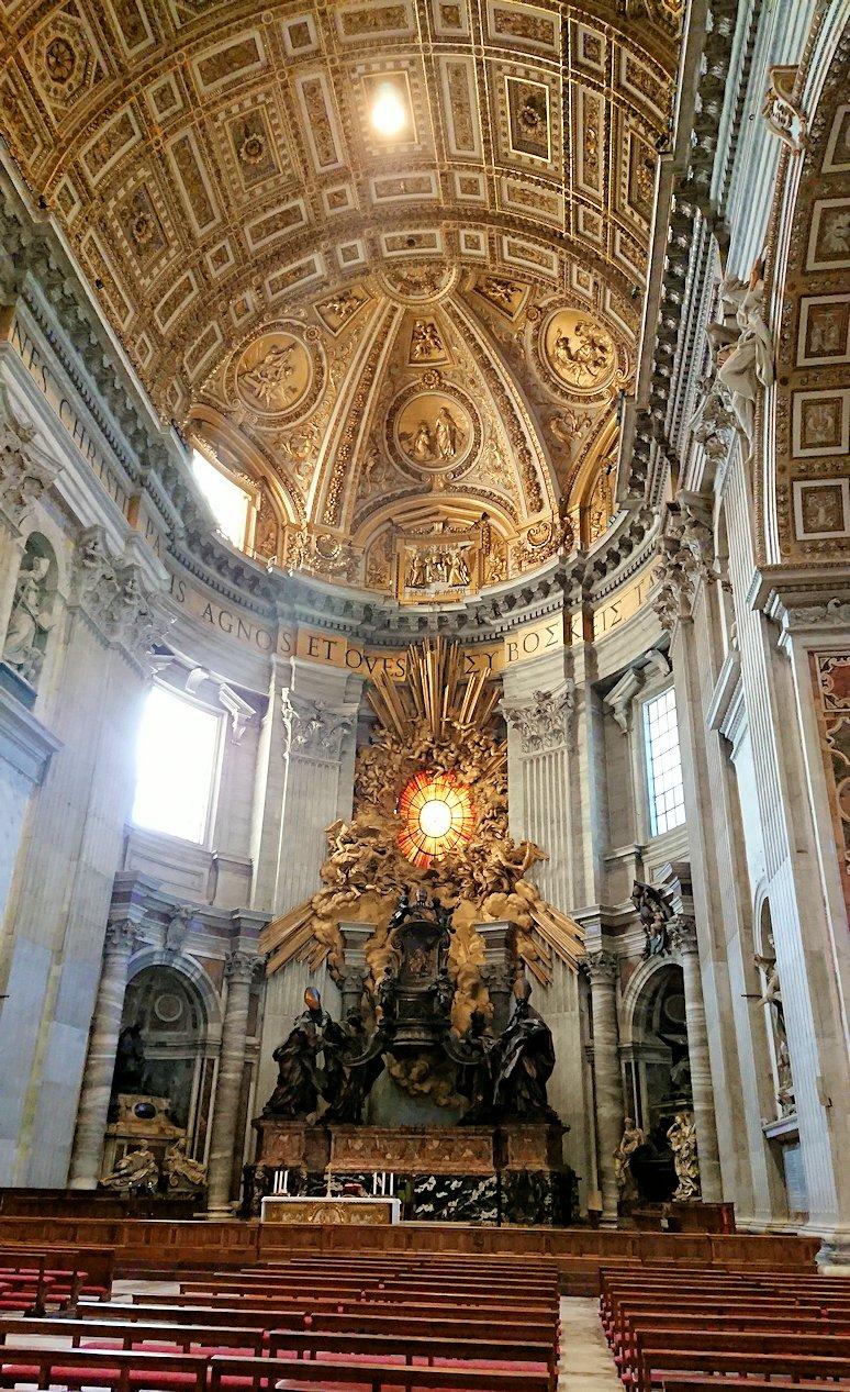 サンピエトロ大聖堂の構内のキレイな採光窓