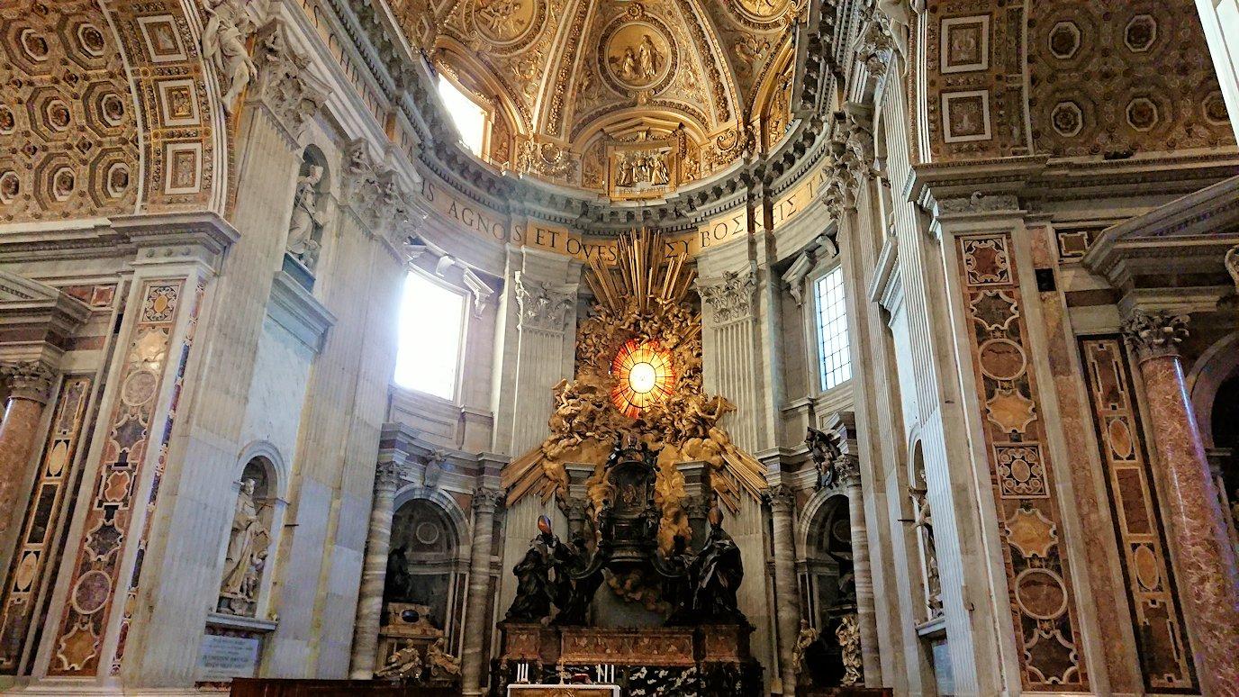 サンピエトロ大聖堂の構内の椅子