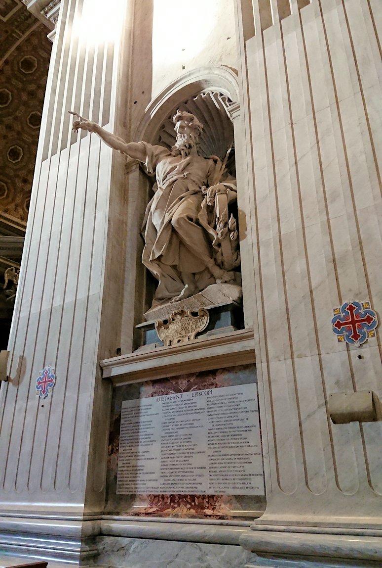 サンピエトロ大聖堂の構内のあっちを指さす像
