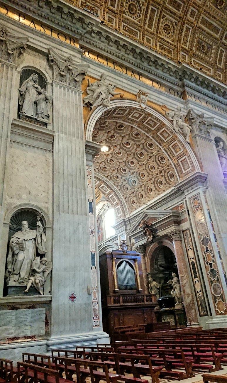 サンピエトロ大聖堂の構内のあっちを指さす像2