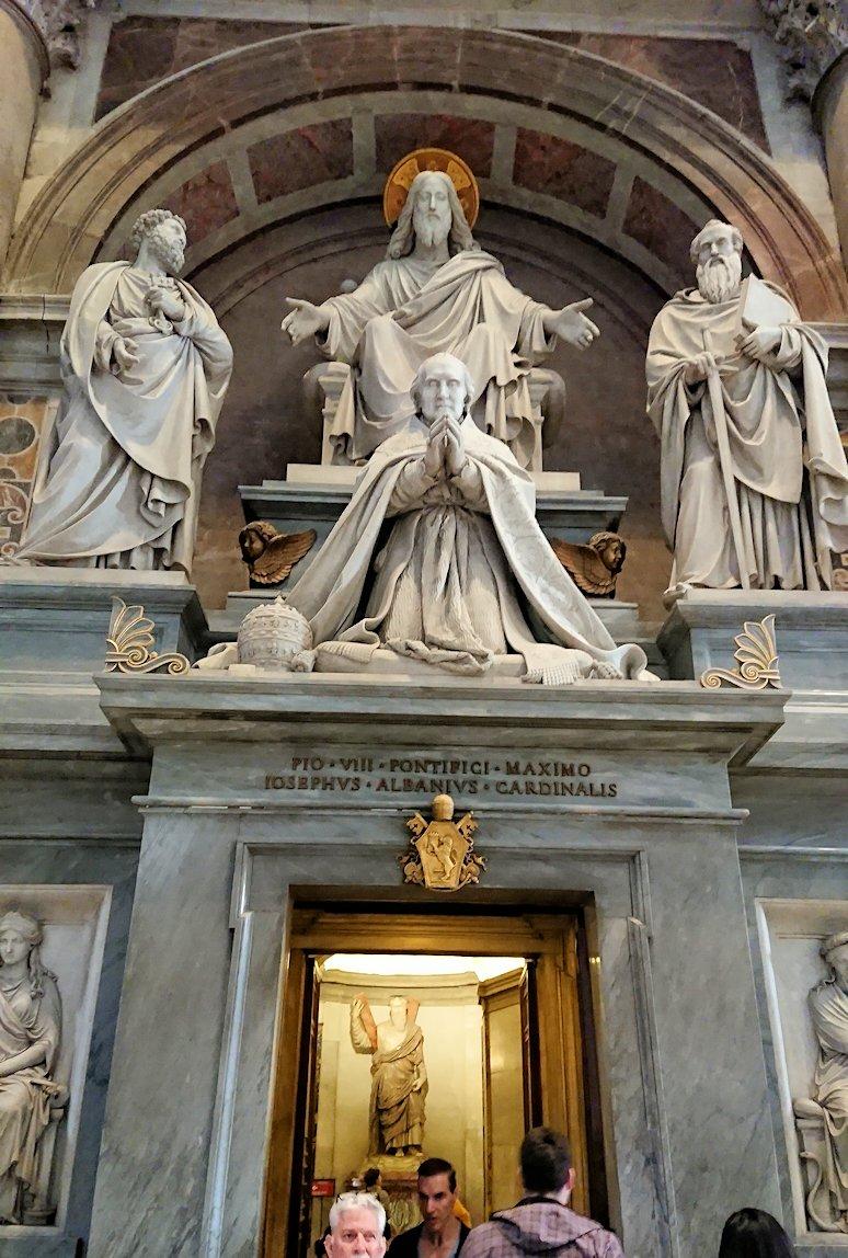 サンピエトロ大聖堂の構内の祈る人々の像