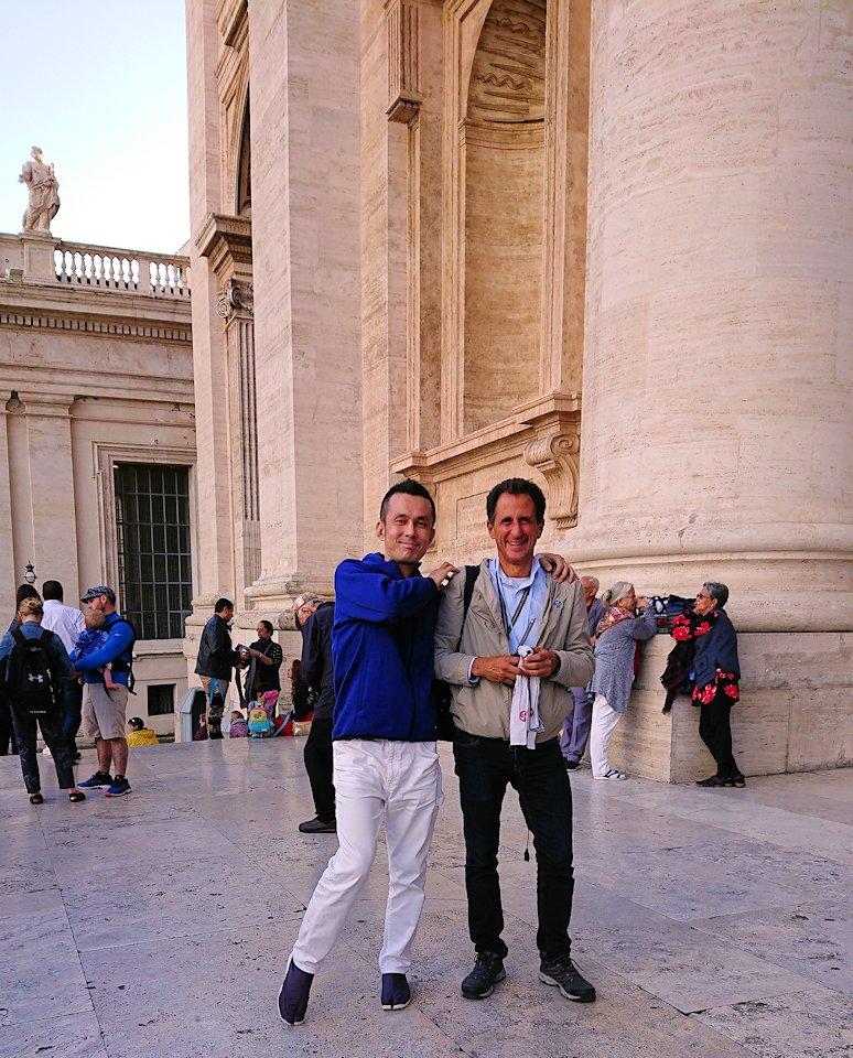 サンピエトロ大聖堂を出た所でガイドさんと記念撮影