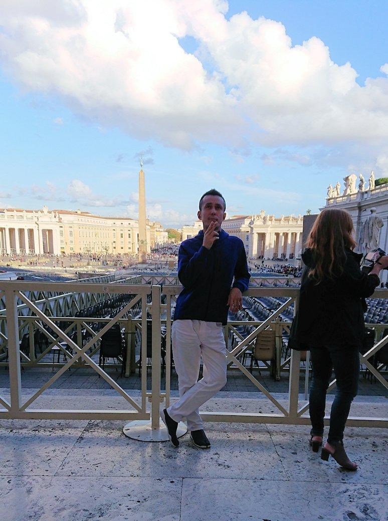 サンピエトロ大聖堂を出た所でポーズ2