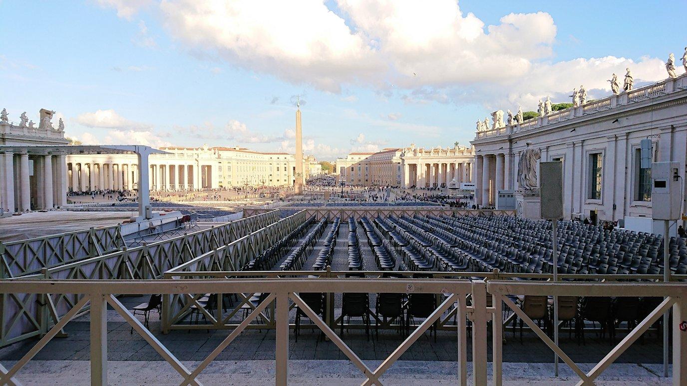サンピエトロ大聖堂を出た所からみたサンピエトロ広場