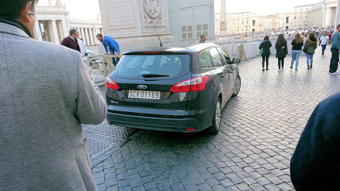 サンピエトロ広場内にある車