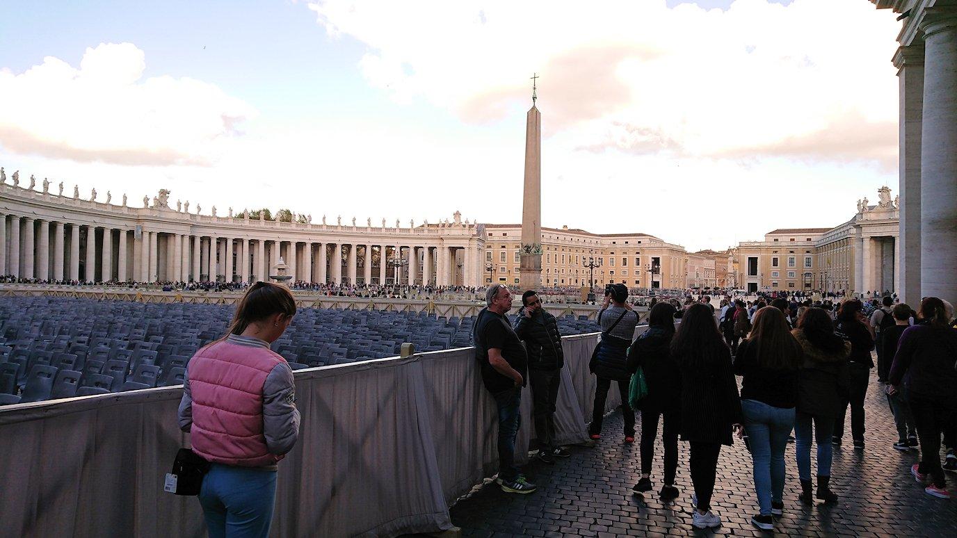 サンピエトロ広場の中心に向かって歩く
