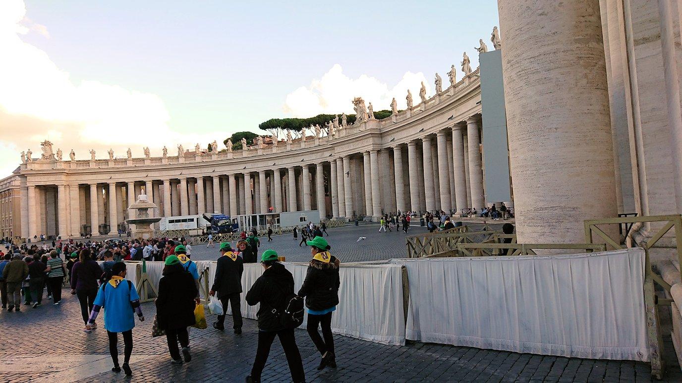 サンピエトロ広場の中心に向かって歩く2