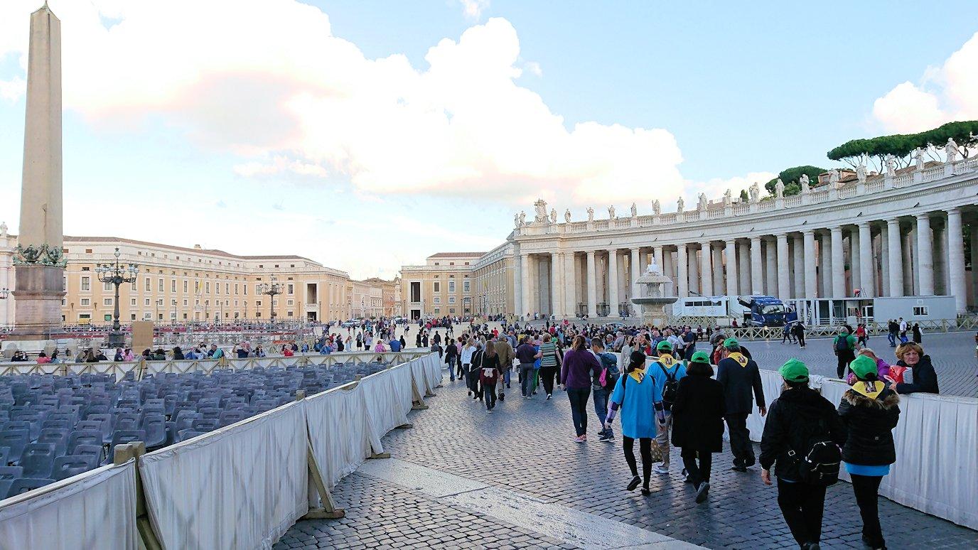 サンピエトロ広場の中心に向かって歩く3