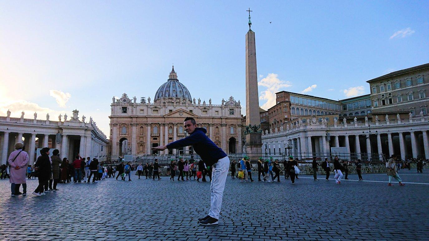 サンピエトロ広場で大聖堂をバックに記念撮影2