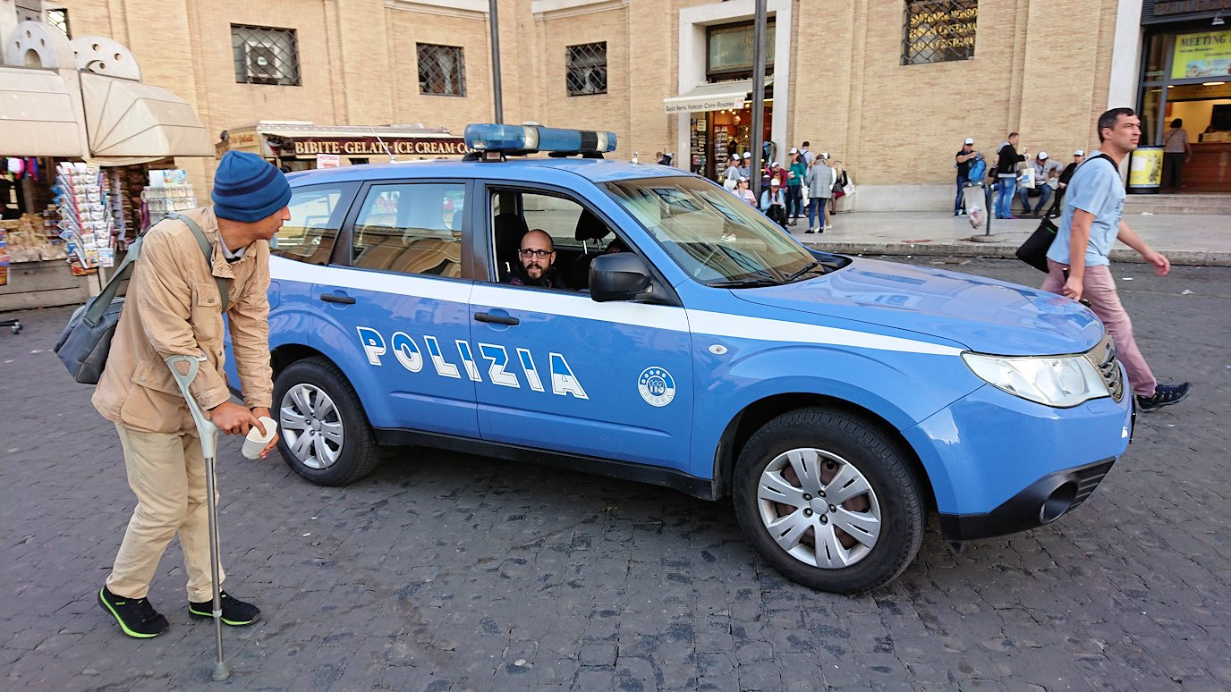 バチカン市国を警備する警官が乗ったパトカー