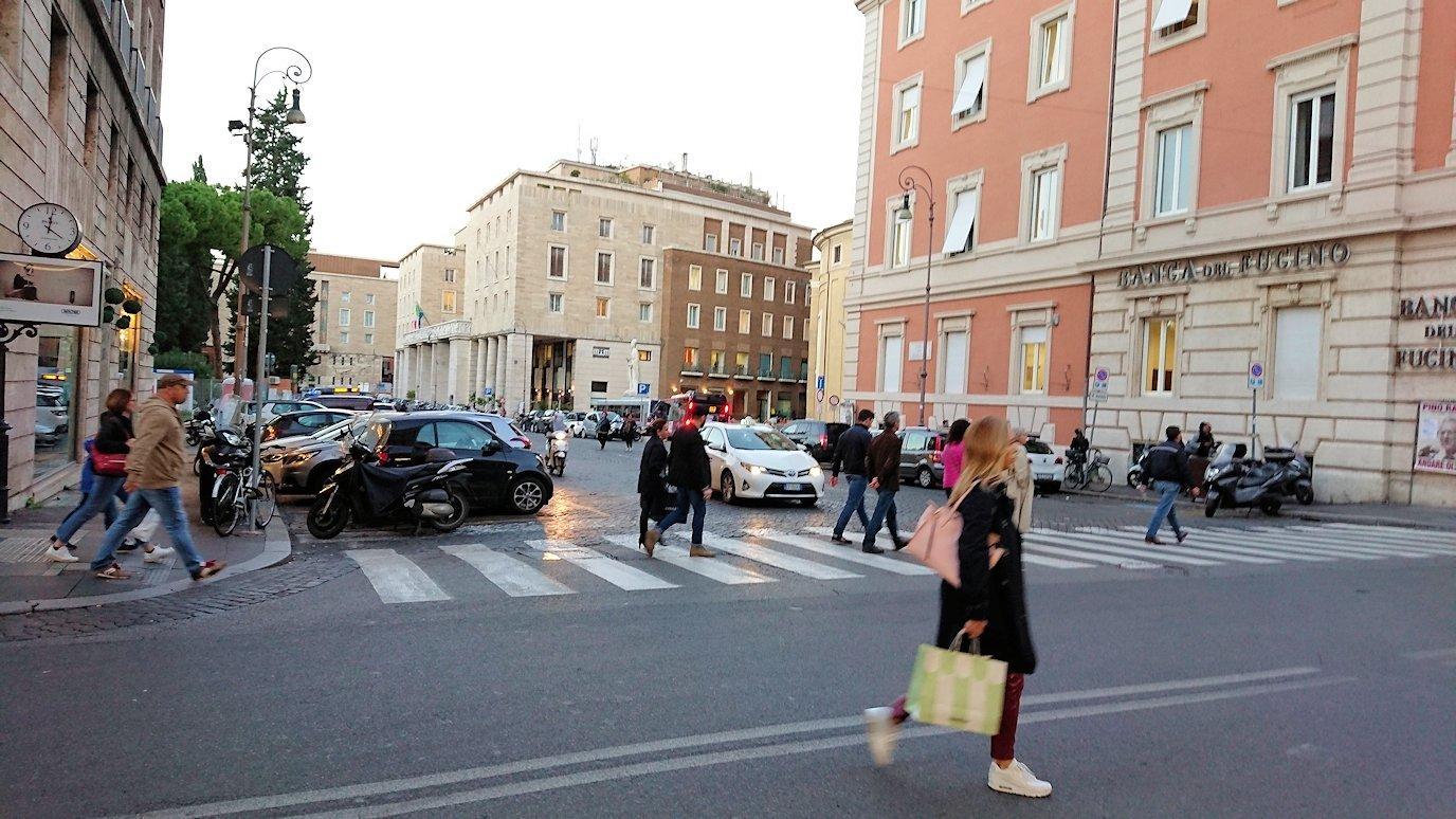 ローマ市内をスペイン広場を目指して歩く3