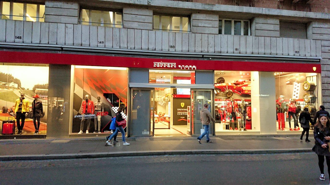 ローマ市内をスペイン広場を目指して歩く途中にあったフェラーリグッズ店